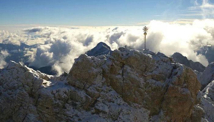 Terassenausblick auf Zugspitzgipfel, rückwärtig der Abstieg ins Höllental