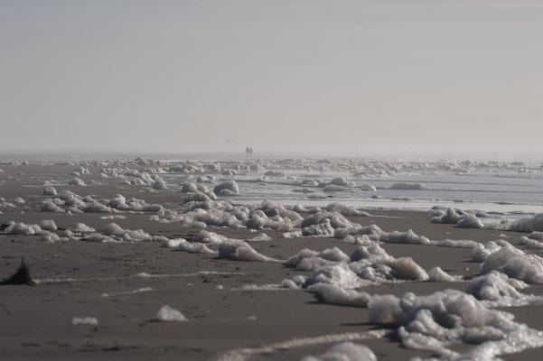 Ein leerer Strand im Winter