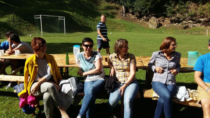 In der Sonne sitzen die Damen schon deutlich entspannter als noch zuvor im Beinahe-Regen....
