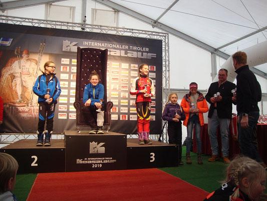 auch ein super fünfter Platz für Julia, die hier noch ihren Pokal bewundert...