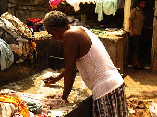 Mumbai Dhobi Ghat - der größte Waschsalon der Welt. Hier arbeiten 5000 Männer an 826 Becken