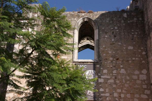 einer Klosterkirche, die, wie so vieles in Portugal, bei einem schweren Erdbeben im Jahr 1755 zerstört  und nicht wieder aufgebaut wurde. Der Innenraum wird heute für  Veranstaltungen  genutzt.