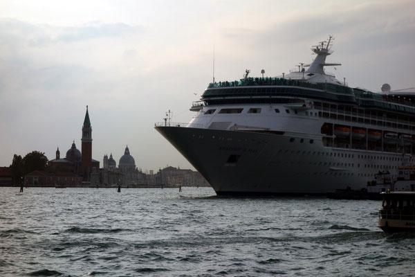 Am Abend verlassen die Kreuzfahrtschiffe Venedig