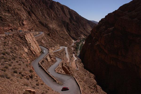 Auf engen Serpentinen geht es durch das Dadestal bergauf in den hohen Atlas