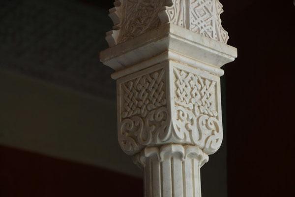 ... sowie die reich verzierten Säulen