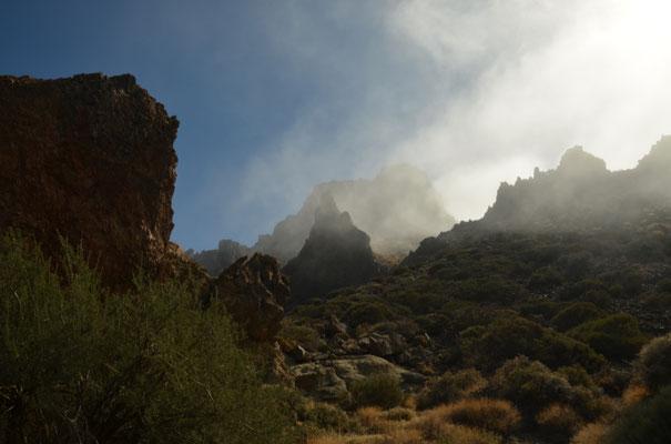 Die umliegenden Wolken dringen biss über den Rand der Caldera, die zwischen 2050 und 2300m über dem Meeresspiegel liegt.