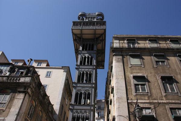 Der Elevator da Justa, ein Aufzug aus den Anfängen des 20. Jh., ist die schnelle Verbindung zum hoch gelegenen Stadtteil Chiado. Von der Aussichtsplattform hat man einen schönen  Blick auf die Stadt.