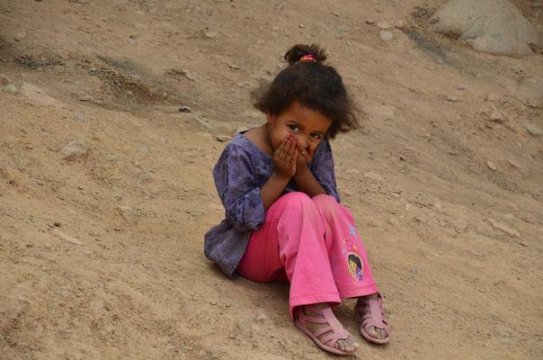 Dieses Mädchen lief uns nach, um sich heimlich fotografieren zu lassen, nachdem die Gruppe, mit der sie spielte, nicht fotografiert werden wollte.