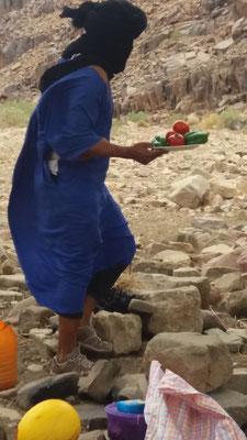 Hischam bringt die mit frischem Brunnenwasser gewaschenen Zutaten für den Salat Maroccaine
