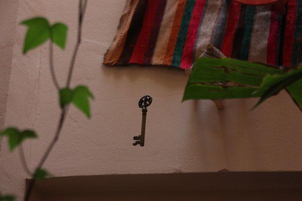 Der Schlüssel eines Hauses hat in der arabischen Welt eine sehr große Bedeutung, unserer hängt im offenen Innenhof.