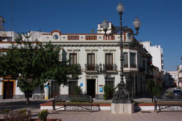 Da wir morgens früh von Jerez aus nach Hause  fliegen, haben wir uns für unsere letzte Übernachtung dort ein Zimmer gesucht. Unser Hotel liegt am Plaza de Angustinos. Der Erker im ersten Stock und das Fenster links davon gehören zu unserem Zimmer.