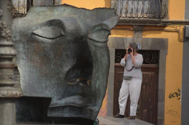 Beeindruckender Kopf vor dem Museum