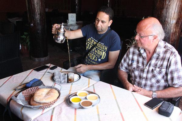 eine kleine Stärkung vor der Wanderung ins Paradies Valley, das Brot dippen wir in Arganöl, Olivenöl, Honig und Amalou, eine Paste aus Mandeln, Arganöl und Honig