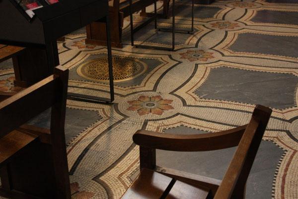 die Kirche ist voller Mosaiken