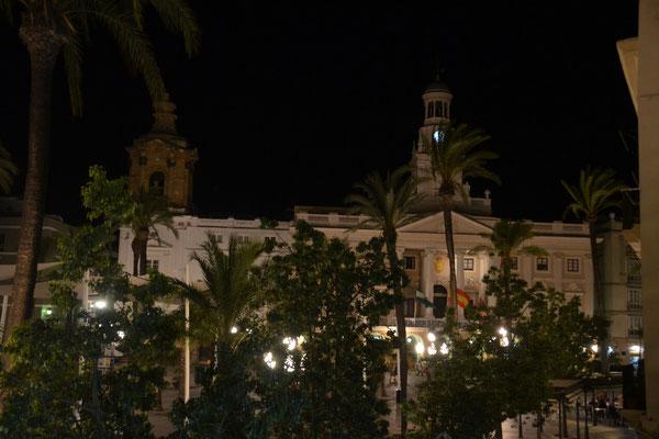 Das Rathaus von unserem Balkon aus bei Nacht