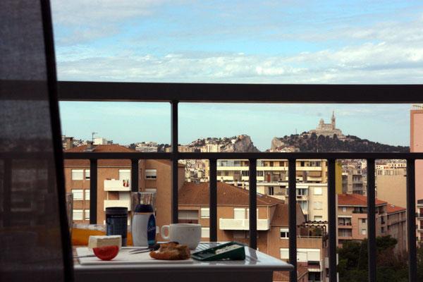 Frühstück auf unserem Balkon in Marseille