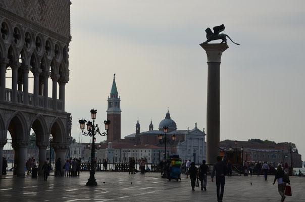 Der Löwe von San Marco und im Hintergrund San Giorgio