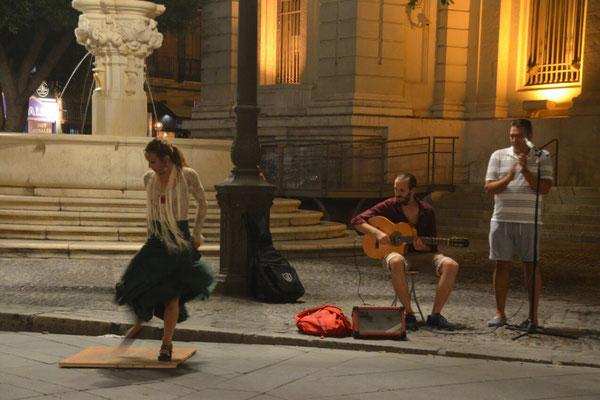 Eine kleine Flamengo-Gruppe auf dem Plaza de San Francisco