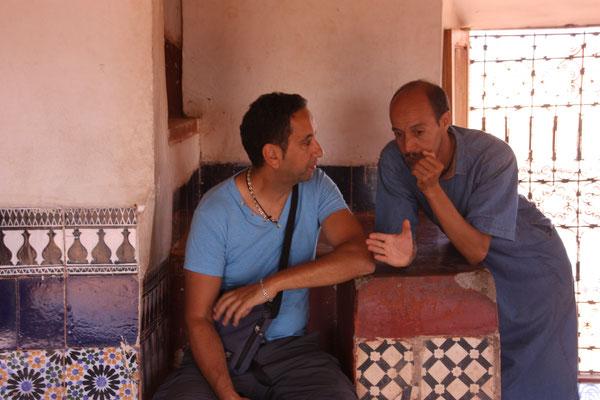 Mohammed, unser Führer durch die Kasbah  Taourirt im Gespräch mit Tarik