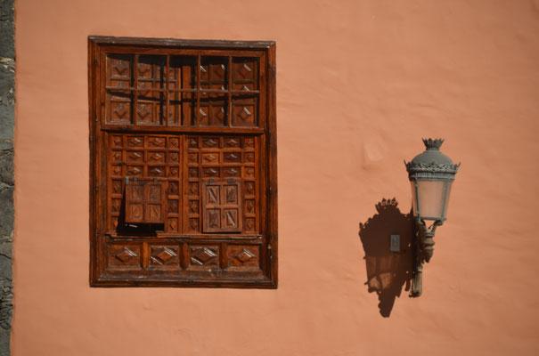 Ein typischer Fensterladen, wie er an vielen Häusern zu finden ist