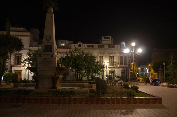 Plaza de Angustinos. Im Hintergrund unser Hotel. Die 3 rechten Fenster der ersten Etage gehören zu unserem Zimmer