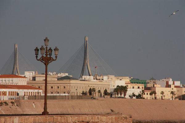 Die Brücke im Hintergrund führt über die Bucht von Cadiz.