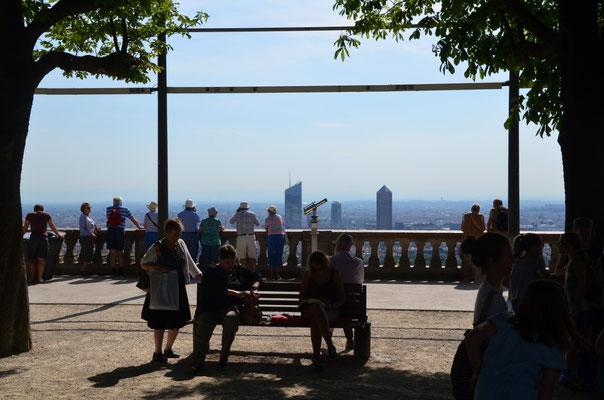 Aussichtsplattform neben der Kirche, die eine tolle Aussicht auf die Stadt bietet
