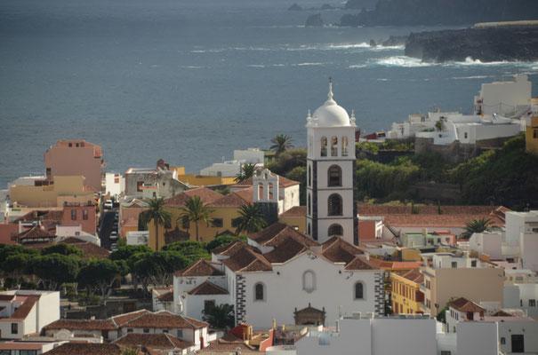Links von der Kirche sieht man den schönen Platz, auf dem wir einige Male gemütlich ein Canas getrunken haben