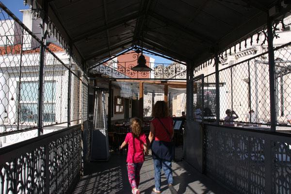 Aus dem Aufzug kommend steht man  direkt vor den Ruines do Carmo.....