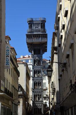 der Elevator bringt zahlreiche Touristen in einen höher gelegenen Teil der Stadt.