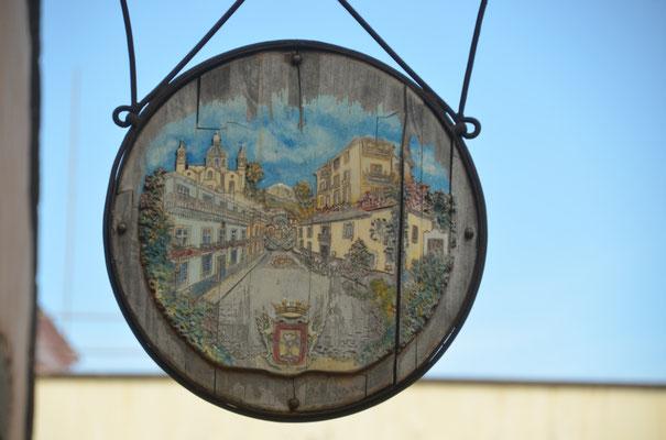 Reklameschild für ein etwa 400 Jahre altes Adelshaus
