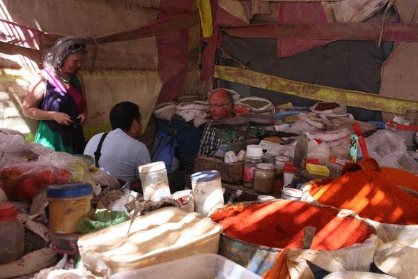 Sitzplatz im Gewürzladen, mitten im Souk von Rissani