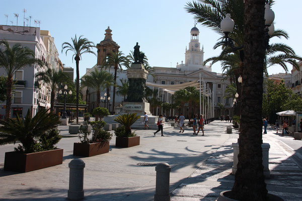 Wir wohnen an einem der größten Plätze der Stadt, dem Plaza San Juan de Dios, der Tag ....und Nacht ;-).... sehr belebt ist.