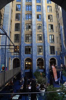 in den ehemaligen Lagerhäusern der Docks von Marseille