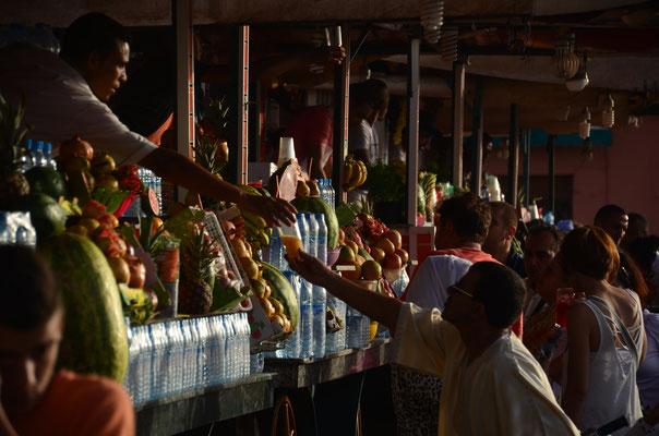 Auf dem Djemaa el Fna stehen jede Menge Stände, die frisch gepresste Obstsäfte anbieten .....