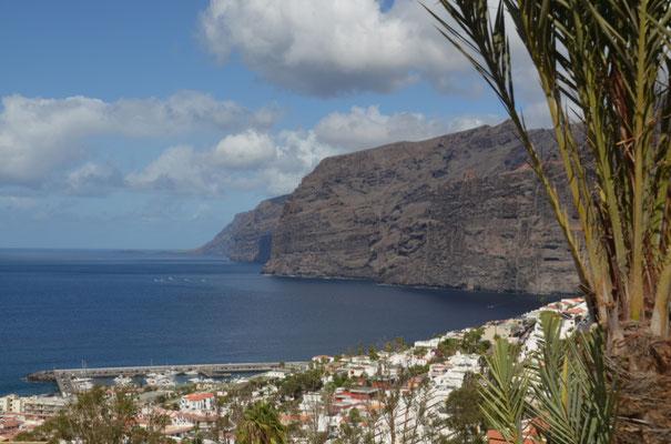 Die Felsen bei Los Gigantes fallen senkrecht aus 450 Metern Höhe ins Meer
