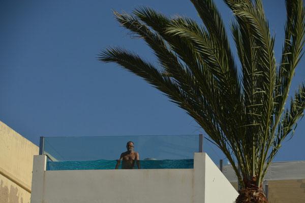 Hoch oben schaut ein Schwimmer auf den Plaza de la Catedral