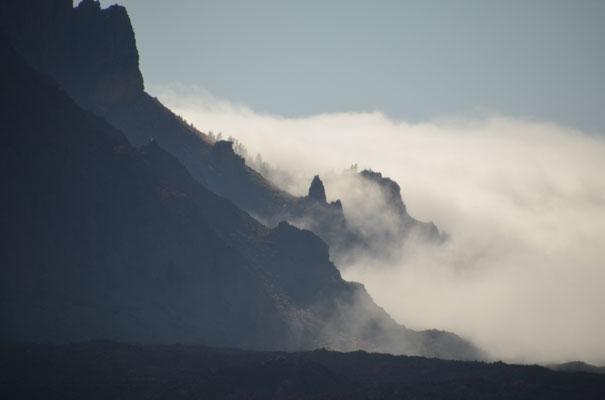 Die Wolken wabern weiter über den Rand in die Caldera, wo sie sich auflösen