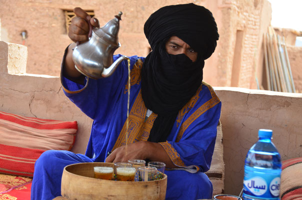 Hischam, unser Führer durch die Kasbah bittet zum Tee
