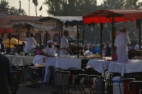 .... und zum Abend kommen die Essenstände und die Schnecken- Verkäufer