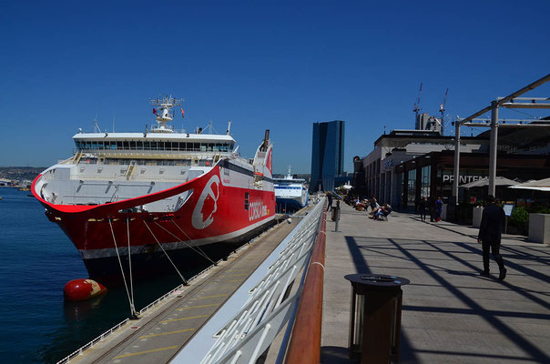 "die Promenade an dem neuen Einkaufszentrum ""Les Terrasses du Port"""