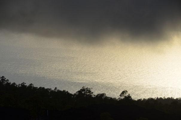 Blick unter den Wolken hindurch auf den Atlantik
