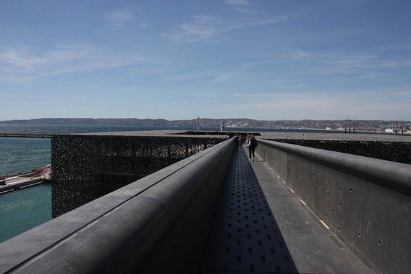 Ein Steg hoch über dem Wasser führt vom Dach des MuCEM zum Fort, das die Einfahrt des Hafens beschützte