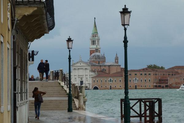 Die Flut überspült die Promenade von Dorsoduro