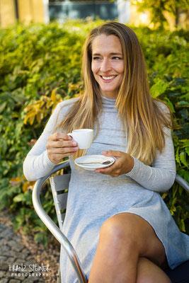 Foto von Mel Prakesch / Frau / Frau trinkt Kaffee / Peoplefotografie München / Model