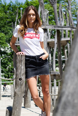 Spielplatz / Sommer / Frau / Model