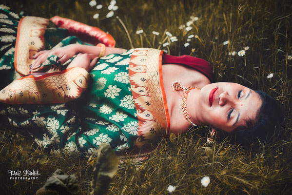 Foto von Ajanthaa Kanesh / Wiese / Blumen / Frau / Sari / Model