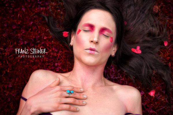 Foto von Lisa / Wiese / Blumenblätter / Make-up / Frau / Model