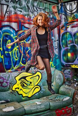 Foto von Anja Straubhaar / München / Sprung / Couch / Graffiti / Model