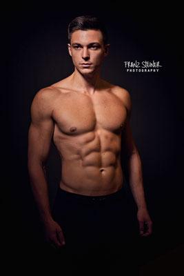 Foto von Phillip Schmitt / Fitnesstrainer / Bodybuilding / Fitness First / Mann / Training